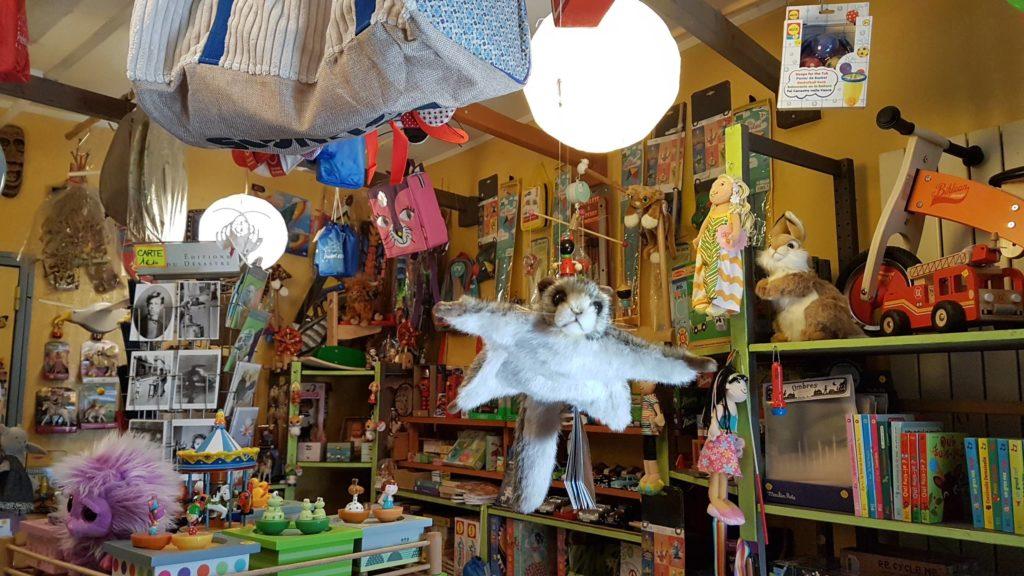 tatanka-boutique-de-jouets-et-de-jeux-rue-pradier-19eme-paris-buttes-chaumont-pascal-ecureuil volant peluche