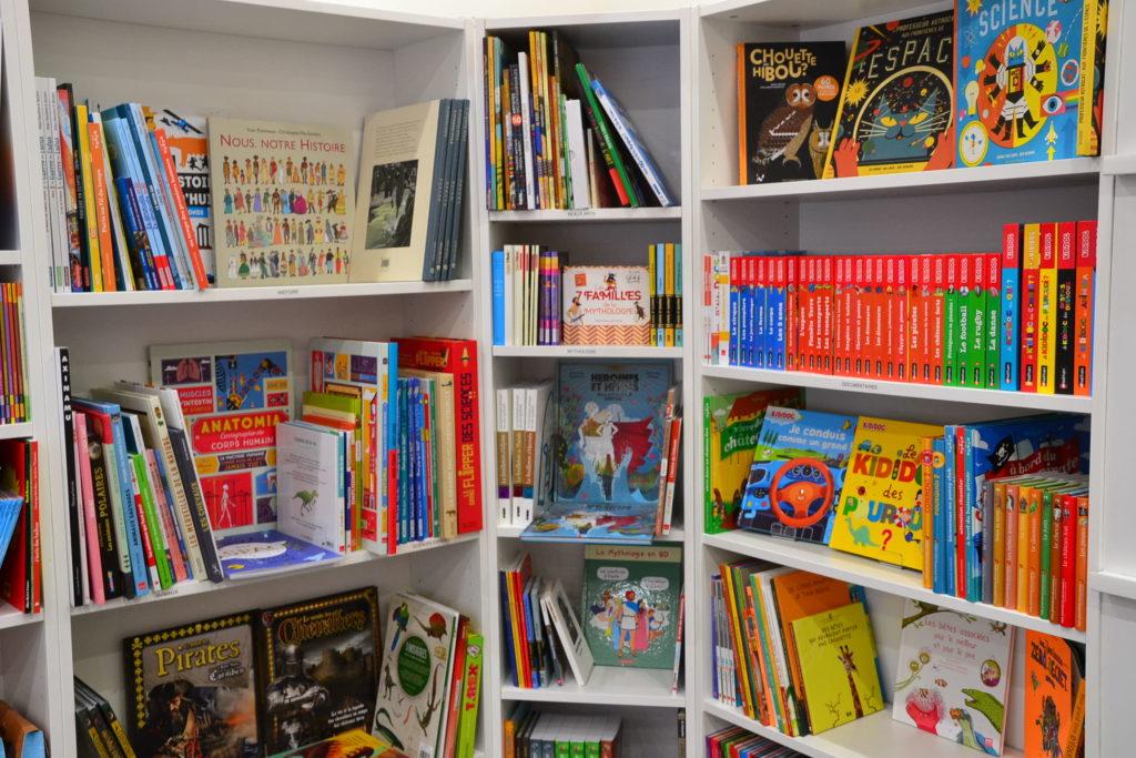 LE ZÈBRE ROUGE librairie jeunesse papeterie 33 rue Brochant 75017 Paris livres albums cadeaux ©Petitscommerces.fr petit commerce petits commerces 2