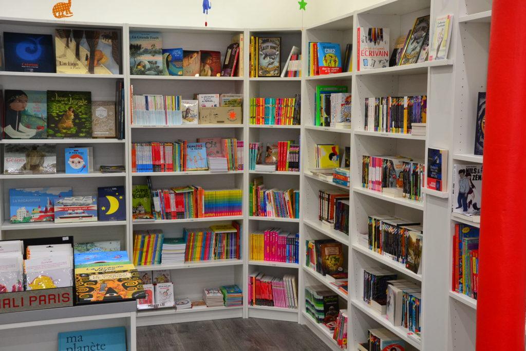 LE ZÈBRE ROUGE librairie jeunesse papeterie 33 rue Brochant 75017 Paris livres albums cadeaux ©Petitscommerces.fr petit commerce petits commerces 9