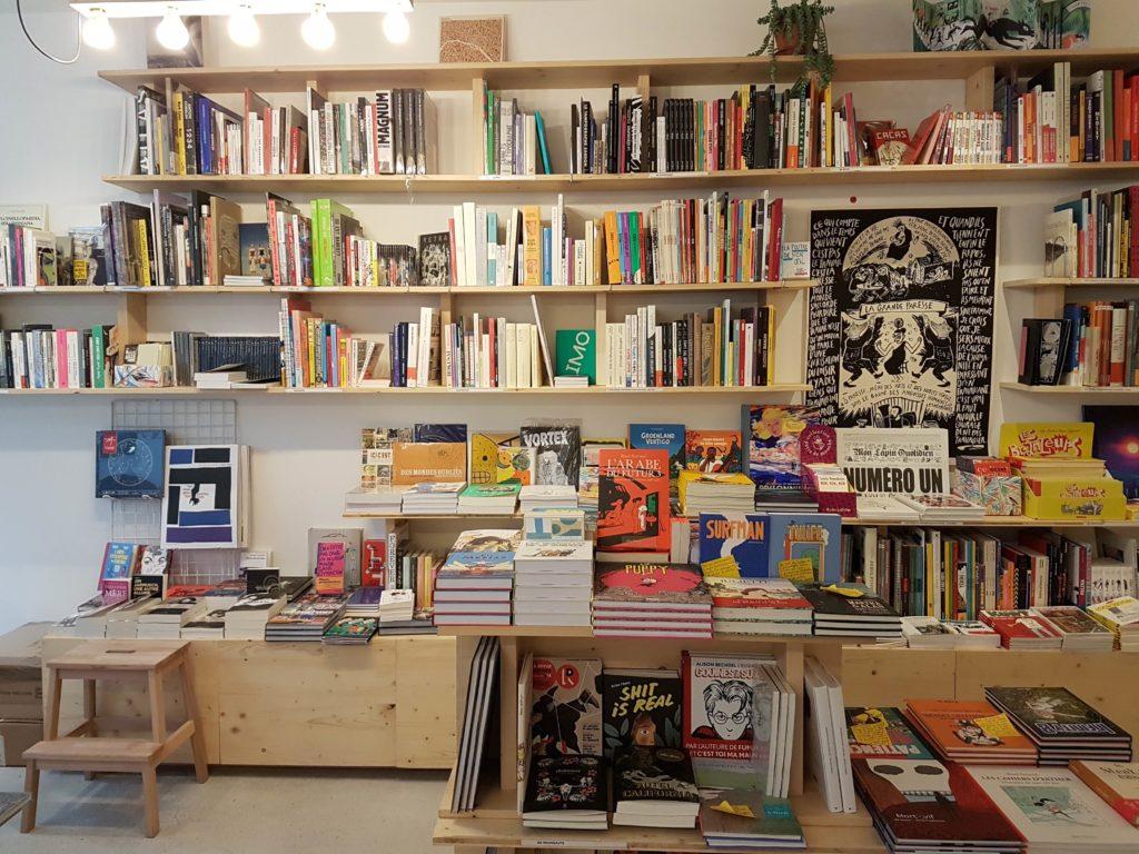Librairie cafe La Reguliere livres Goutte d'or Chateau Rouge Paris 18 romans beaux livres, bandes dessinées, livres jeunesse mur Myrha