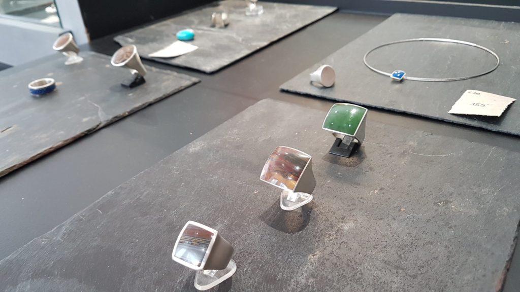 amira-sliman-galerie-wenge-atelier-bijoux-createurs-paris-18-rue-ramey-creatrice-bijoux-contemporains-bagues-pierre