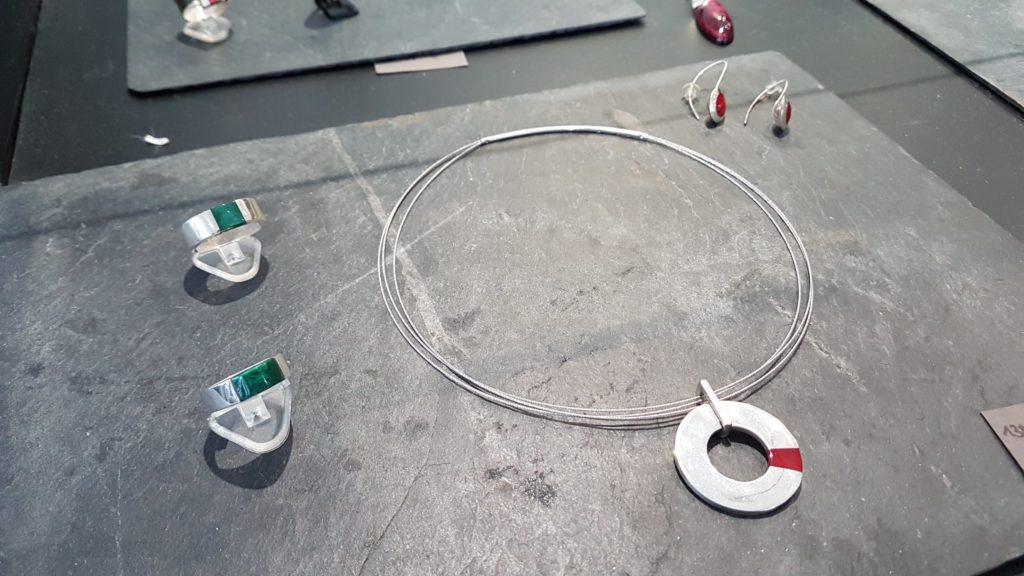 amira-sliman-galerie-wenge-atelier-bijoux-createurs-paris-18-rue-ramey-creatrice-bijoux-contemporains-ensemble