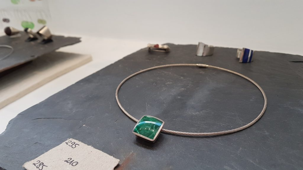 amira-sliman-galerie-wenge-atelier-bijoux-createurs-paris-18-rue-ramey-creatrice-bijoux-contemporains-pierre