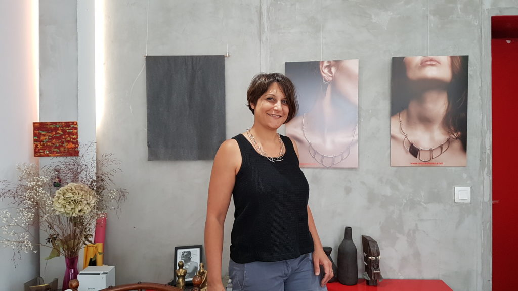 amira-sliman-galerie-wenge-atelier-bijoux-createurs-paris-18-rue-ramey-creatrice-bijoux-contemporains-portrait