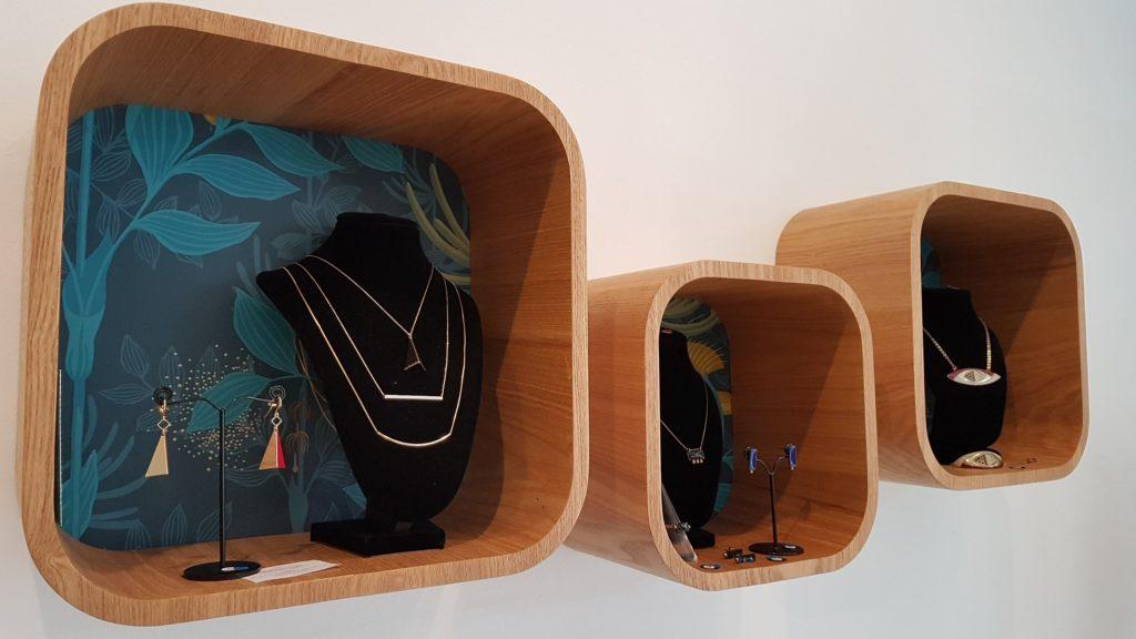 eclipse-dargent-devanture-bijouterie-rue-de-la-paix-saint-nazaire-bijoux-en-argent-boucles-doreilles-bagues-pendentifs-colliers-bracelets-createurs-cases