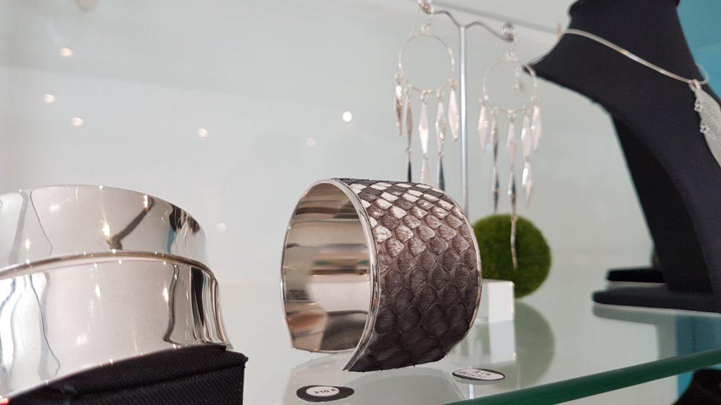 eclipse-dargent-devanture-bijouterie-rue-de-la-paix-saint-nazaire-bijoux-en-argent-boucles-doreilles-bagues-pendentifs-colliers-bracelets-createurs-opale