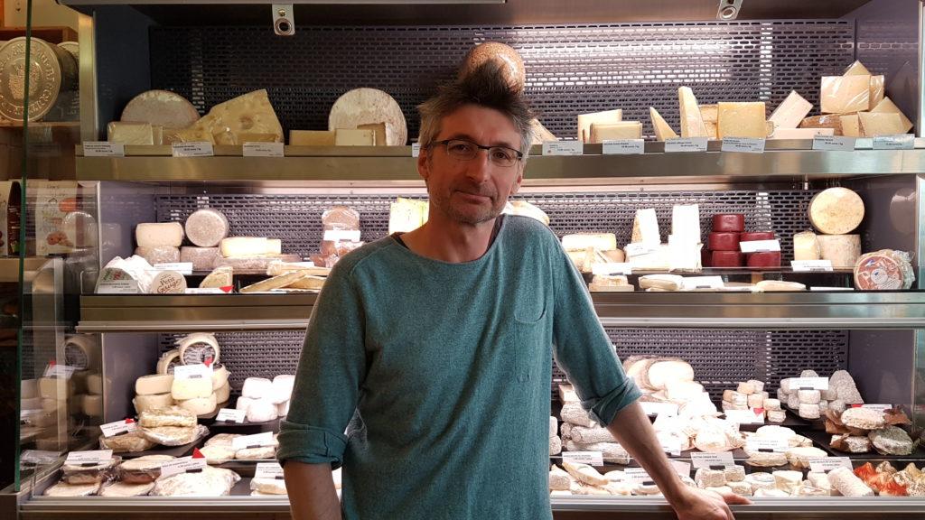 lamie-paulette-fromagerie-paris-13-bobillot-butte-aux-cailles-primeur-cave-epicerie-fabien-mahe-chevres-petitscommerces-portrait