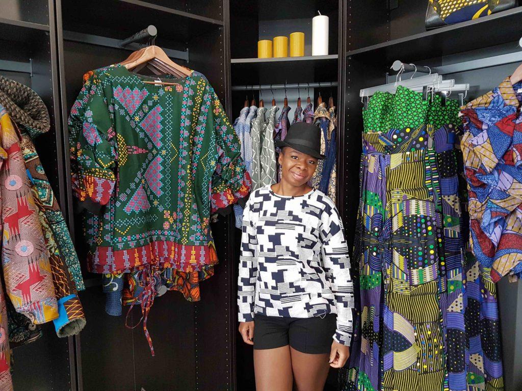 Mansaya Boutique wax Paris vetements accessoires rue Leon Frot Paris 11 créatrice wax Afrique mode robes jupes couleurs imprimes devanture mannequin.jpg