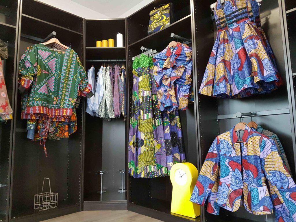 mansaya-boutique-de-createur-wax-vetements-accessoires-rue-leon-frot-paris-11-creations-afrique-mode-robes-jupes-couleurs-imprimes-petit-commerce-petitscommerces-fr-veste