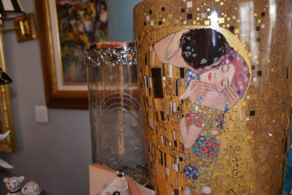 Massenet by Lina boutique de décoration idées cadeaux Paris 16 lampes, cadres, coussins, bougies, vase Klimt