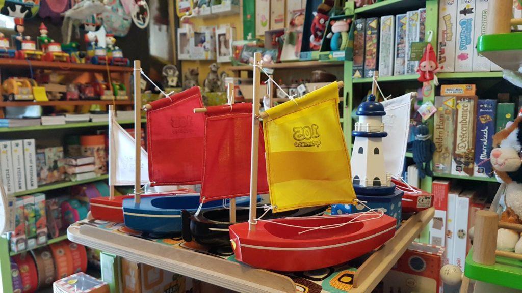 tatanka-boutique-de-jouets-et-de-jeux-rue-pradier-19eme-paris-buttes-chaumont-pascal-bateaux-en-bois-tirot