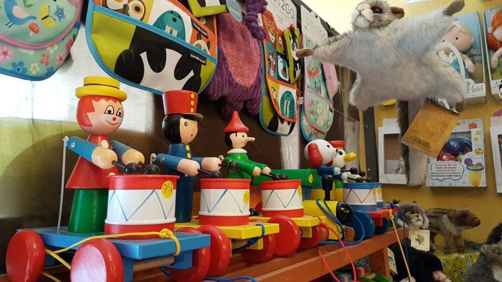 tatanka-boutique-de-jouets-et-de-jeux-rue-pradier-19eme-paris-buttes-chaumont-pascal-jouets-en-bois-miva