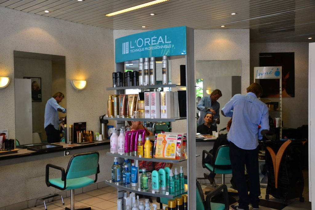 Coiffeur Paris 18 salon coiffure la chapelle coupe cheveux petit commerce thierry lenoble kimberley commercant cliente coupe www.petitscommerces.fr