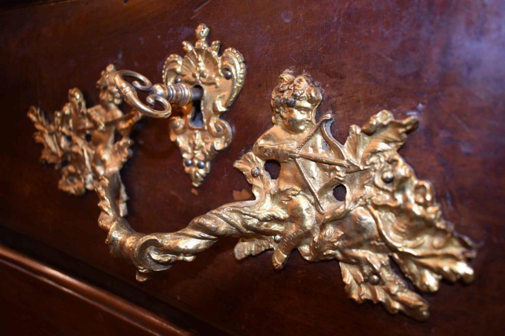 Valérie-Muné-Antiquité-Antiquaire-Paris-7-Village-Suisse-Avenue-de-Suffren-Paris-15-spécialiste-meubles-18ème-siècle-expert-Louis-15-régence-scaled.jpg