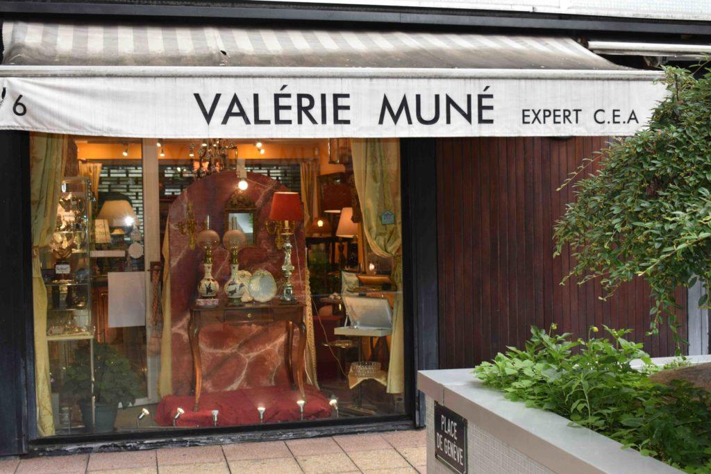 Valérie-Muné-Antiquité-Antiquaire-Paris-7-Village-Suisse-Avenue-de-Suffren-Paris-15-spécialiste-meubles-18ème-siècle-expert-devanture-scaled.jpg