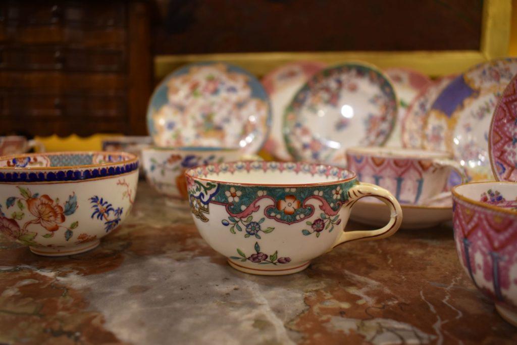 Valérie-Muné-Antiquité-Antiquaire-Paris-7-Village-Suisse-Avenue-de-Suffren-Paris-15-spécialiste-meubles-18ème-siècle-expert-tasse-porcelaine-19ème-min-scaled.jpg