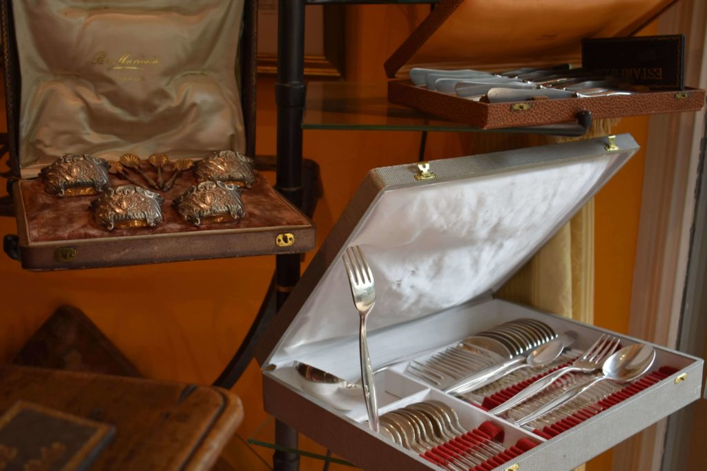 Valérie-Muné-Antiquité-Antiquaire-Paris-7-Village-Suisse-Avenue-de-Suffren-Paris-15-spécialiste-meubles-18ème-siècle-expert-vaisselle-argenterie-min-scaled.jpg