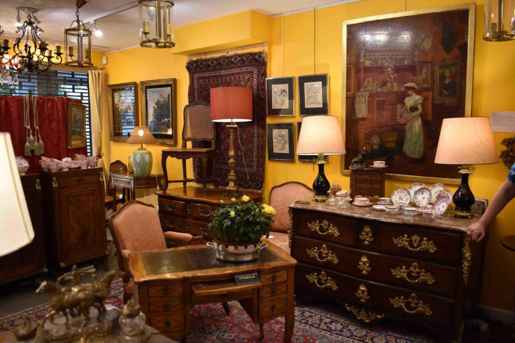 Valérie-Muné-Antiquité-Antiquaire-Paris-7-Village-Suisse-Avenue-de-Suffren-Paris-15-spécialiste-meubles-18ème-siècle-expert-vase-lampe-scaled.jpg