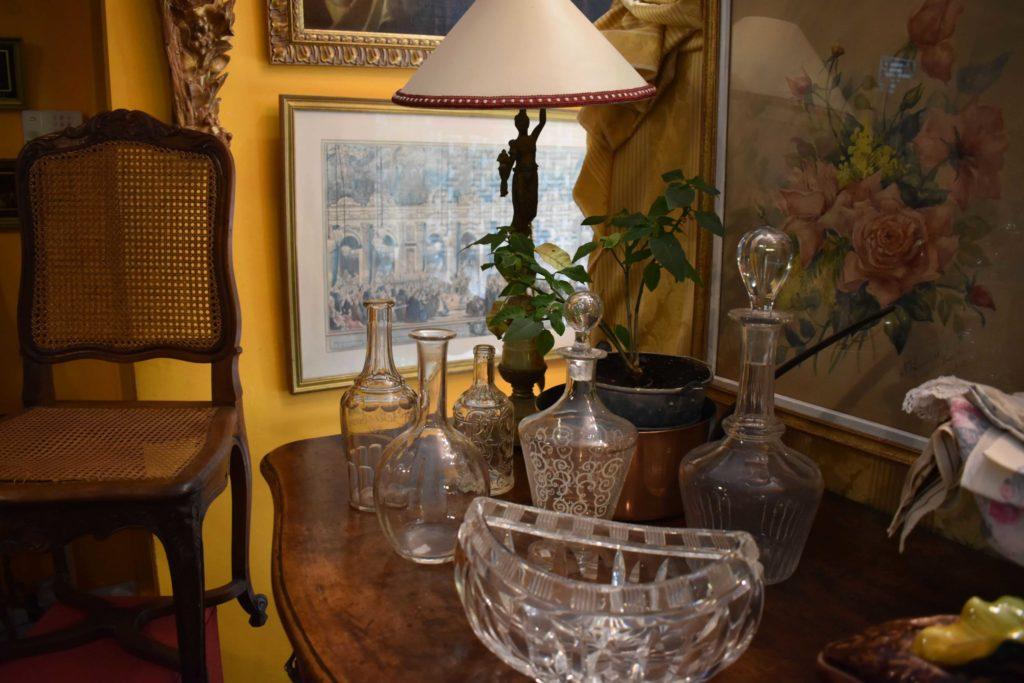 Valérie-Muné-Antiquité-Antiquaire-Paris-7-Village-Suisse-Avenue-de-Suffren-Paris-15-spécialiste-meubles-18ème-siècle-expert-vase-verre-carafe-scaled.jpg