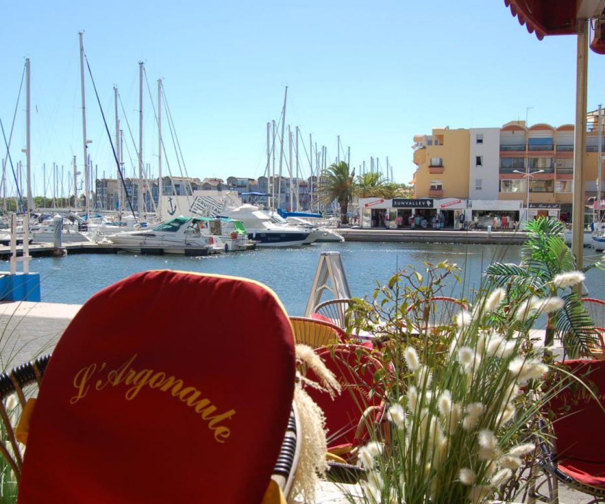 argonaute-bar-glacier-pmu-boutique-souvenirs-gruissan-vue-port