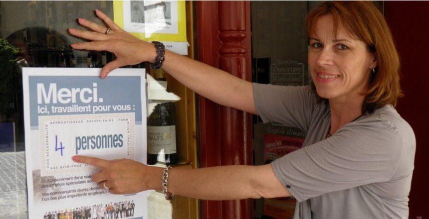 christine-buatois-presidente-de-louhans-gagnant-presente-l-affiche-qui-sera-mise-en-vitrine-des-commerces-du-centre-ville-photo-michel-sylvain-clp-1462194157