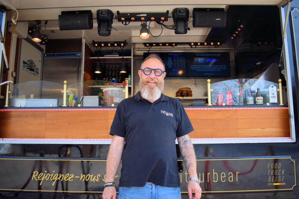 Frituur-Bear-Restaurant-Snack-Traiteur-Saint-Mard-Pascal-devant-son-camion-restaurant-foodtruck-scaled