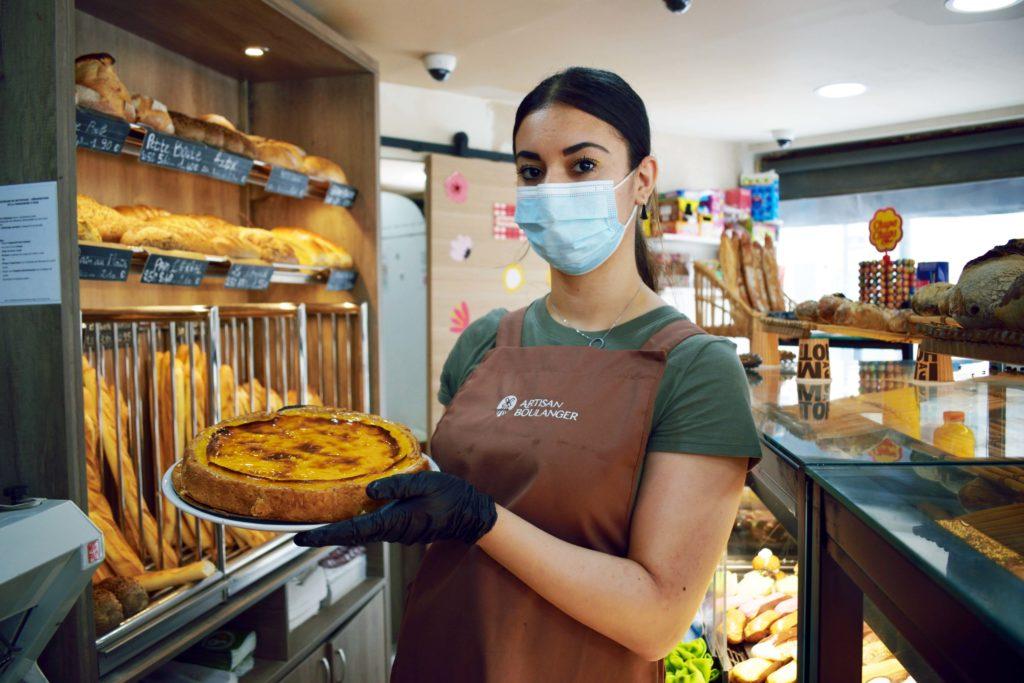 Boulangerie-de-leglise-boulangerie-patisserie-Vanves-la-vendeuse-porte-un-flan-patissier