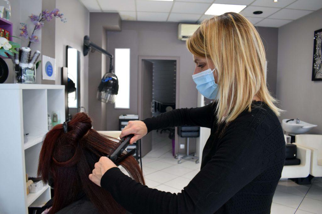 Art-Essentiel-salon-de-coiffure-mitry-mory-Severine-coiffe-une-cliente