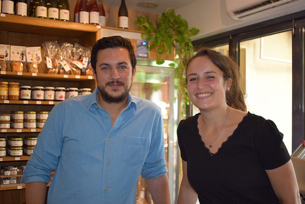 La-Table-12-epicerie-fine-restaurant-Vanves-Romain-et-Camille-devant-lepicerie-fine