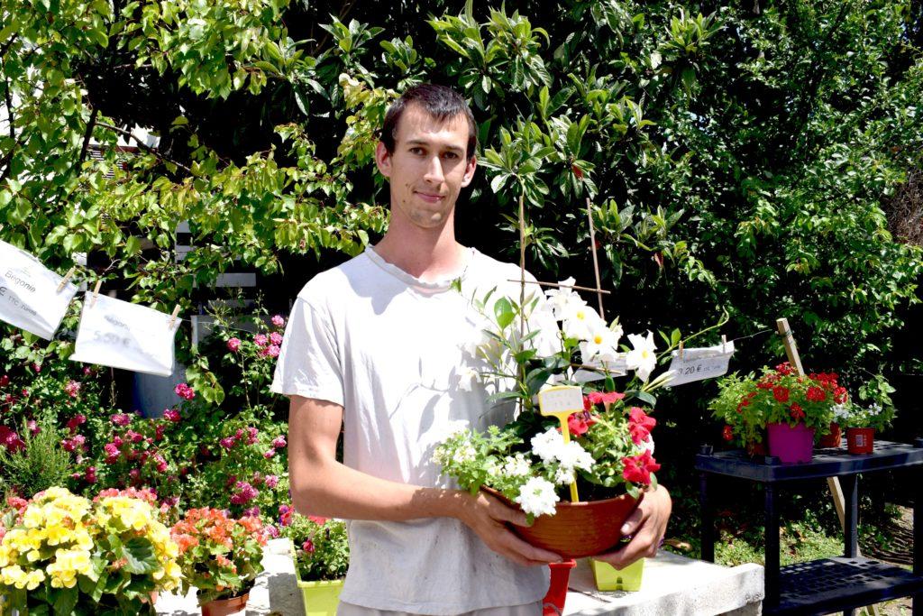 Les-Serres-de-Mitry-Horticulteur-Maraicher-Mitry-Mory-portrait-de-Gael-tenant-une-composition-florale