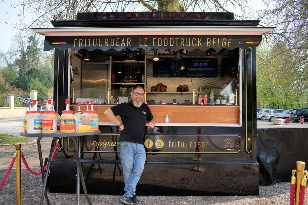 Frituur-Bear-Restaurant-Snack-Traiteur-Saint-Mard-Pascal-devant-son-foodtruck-belge