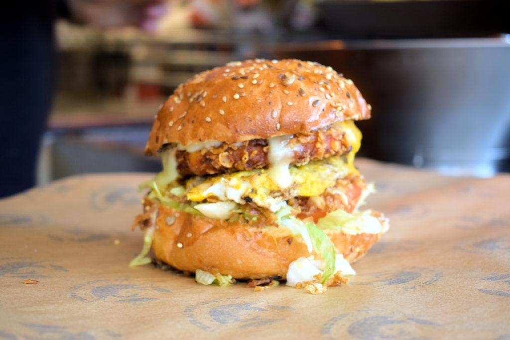 Frituur-Bear-Restaurant-Snack-Traiteur-Saint-Mard-burger-en-detail