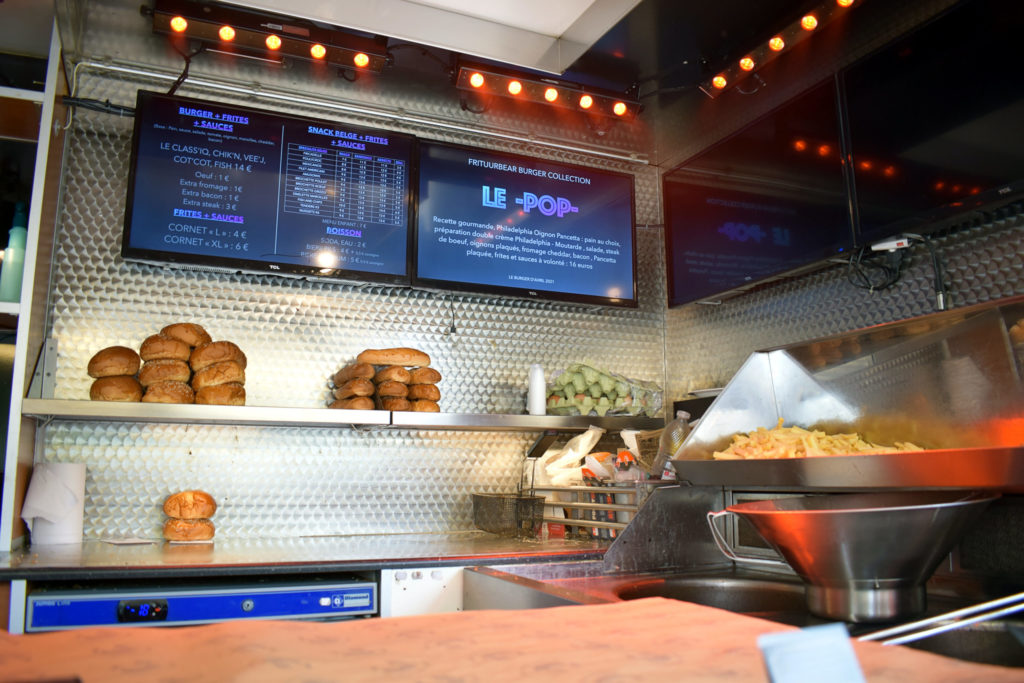 Frituur-Bear-Restaurant-Snack-Traiteur-Saint-Mard-interieur-du-camion-restaurant-foodtruck-belge-scaled