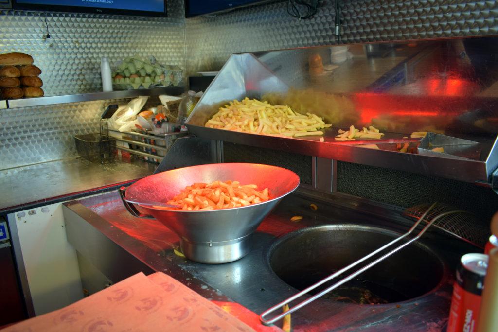 Frituur-Bear-Restaurant-Snack-Traiteur-Saint-Mard-lespace-friterie-du-foodtruck-de-Pascal