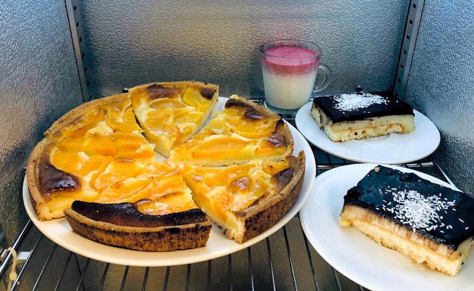Restaurant-Bar-Le-Dilan-Restaurant-Traiteur-Mitry-Mory-desserts-maison-composes-de-tarte-aux-poires-et-tiramisu-au-chocolat