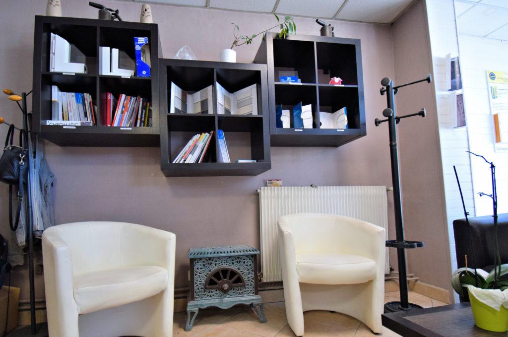 Tradibat-BTP-Mitry-Mory-salon-dattente-avec-les-prestations-de-produits-consultables
