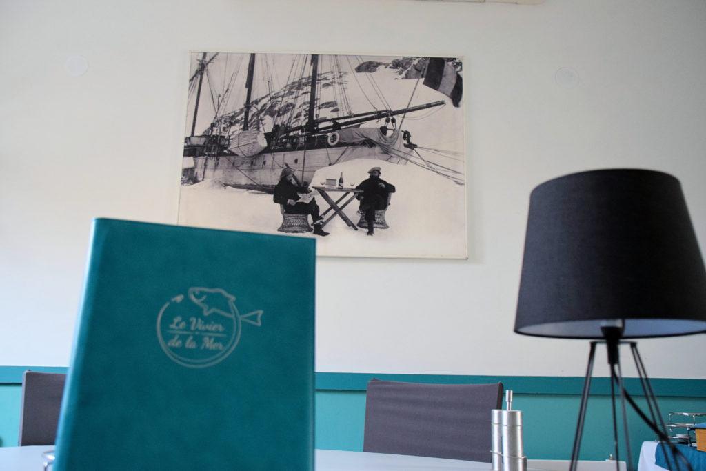 Au-vivier-de-la-mer-restaurant-Roissy-en-France-grande-table-de-famille-entouree-dune-decoration-sur-le-heme-de-la-peche