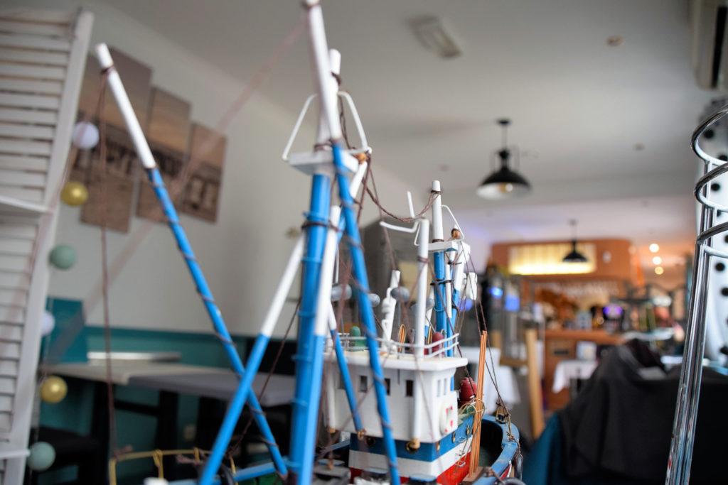 Au-vivier-de-la-mer-restaurant-Roissy-en-France-vue-abstraite-de-la-salle-du-restaurant-depuis-une-maquette-de-bateau