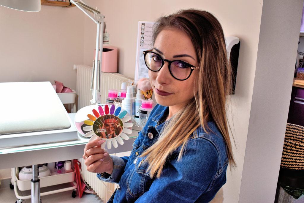 Beauty-by-Mel-Institut-de-beaute-Mitry-Mory-Melanie-Vieira-montre-un-panel-de-couleurs-disponibles-pour-la-manucure