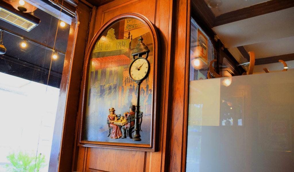 Brasserie-Le-Village-Bar-Restaurant-Roissy-en-France-cadre-en-bois-avec-citation-le-temps-dun-cafe