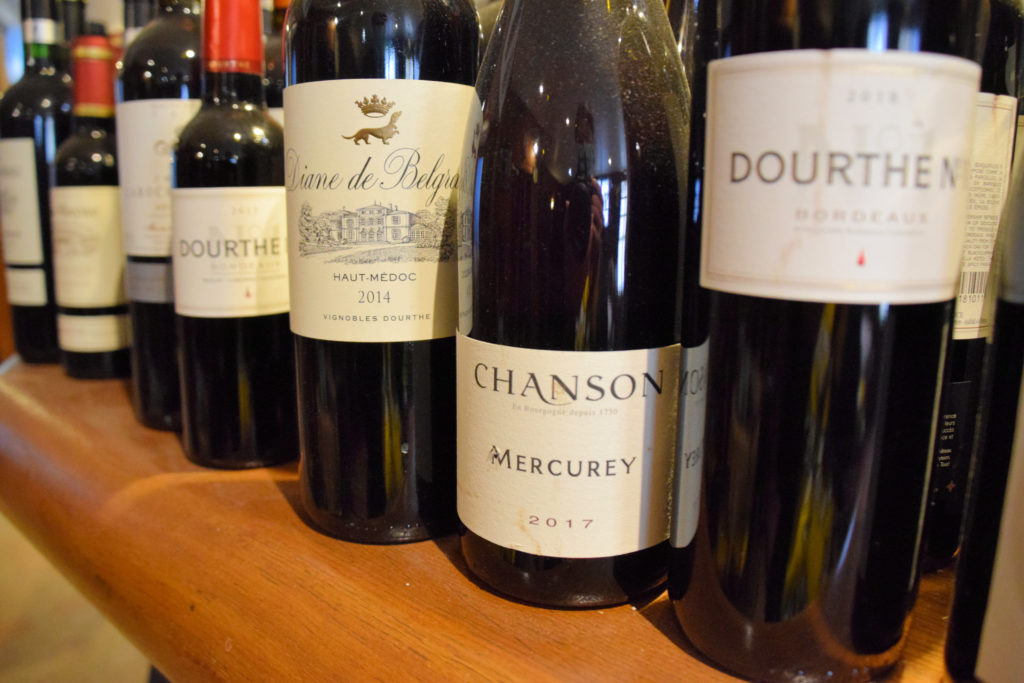 Brasserie-Le-Village-Bar-Restaurant-Roissy-en-France-choix-de-vins-sur-le-bar-du-restaurant