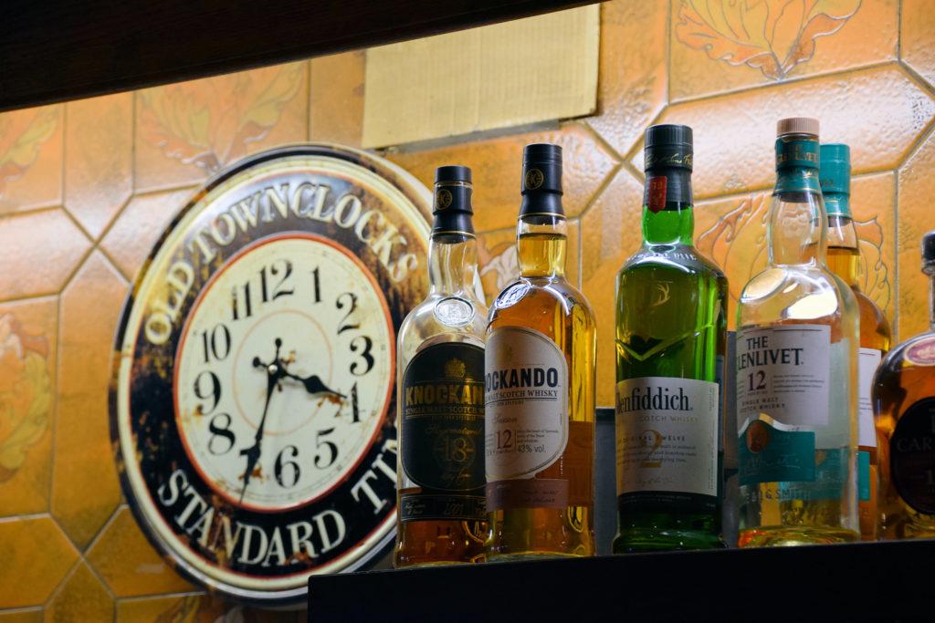 Brasserie-Le-Village-Bar-Restaurant-Roissy-en-France-la-pendule-ancienne-trone-toujours-au-dessus-du-bar-du-restaurant
