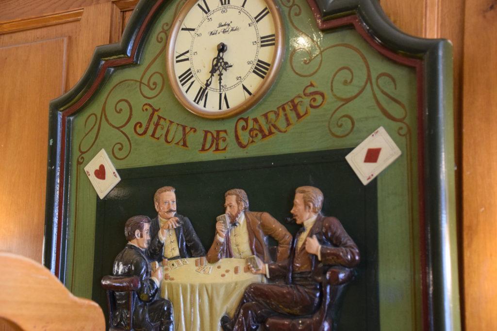 Brasserie-Le-Village-Bar-Restaurant-Roissy-en-France-pendule-sur-le-theme-des-celebres-jeux-e-cartes