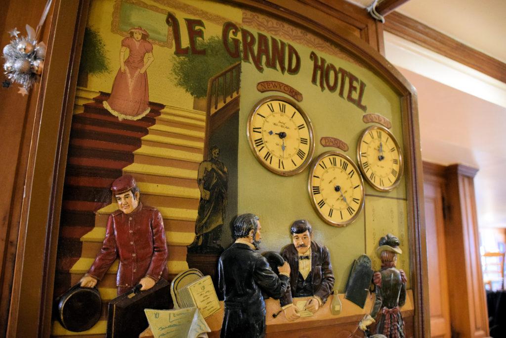 Brasserie-Le-Village-Bar-Restaurant-Roissy-en-France-pendules-sur-cadre-en-bois-et-les-portes-en-chene-massif-a-cote