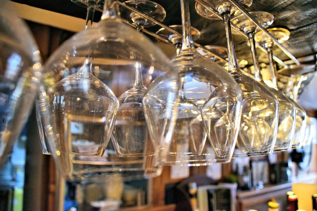 Brasserie-Le-Village-Bar-Restaurant-Roissy-en-France-verres-accroches-au-dessus-du-bar