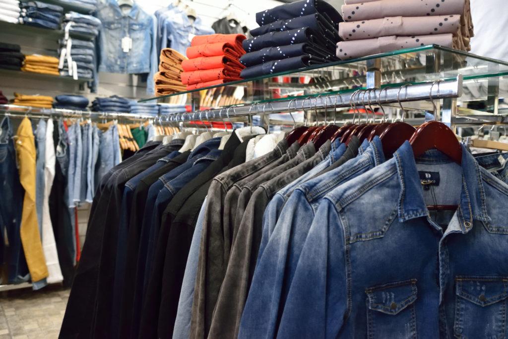 Chris-et-Leo-boutique-de-pret-a-porter-Villeparisis-vue-interieure-de-la-boutique-depuis-les-vestes-en-jean-pour-homme