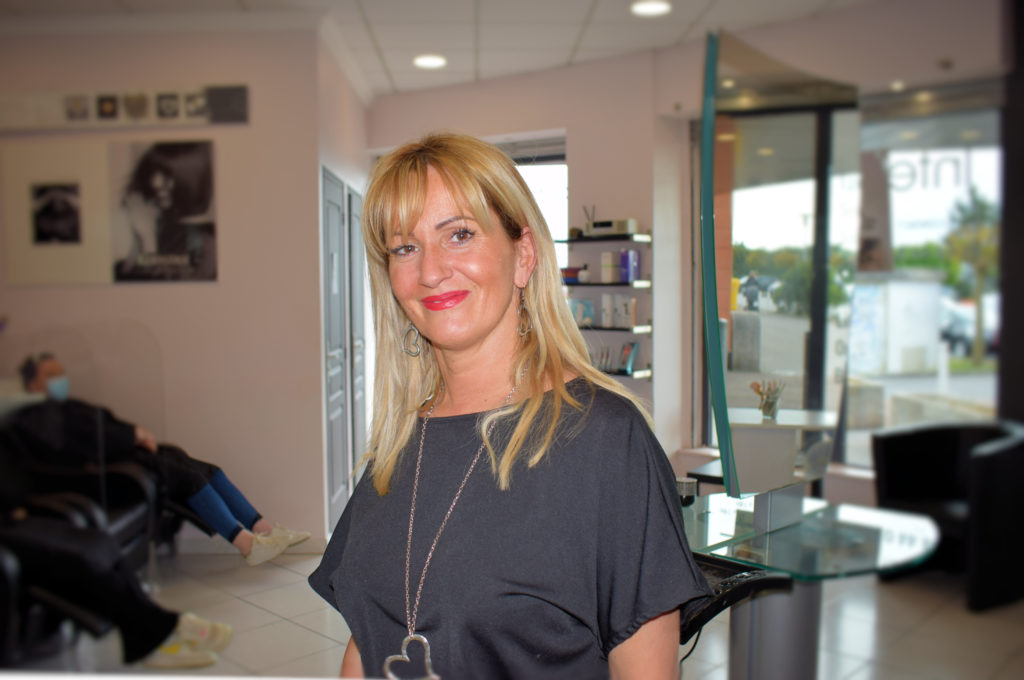 Intercoiff-salon-de-coiffure-Mitry-Mory-Maria-Alves-au-centre-de-son-salon-de-coiffure