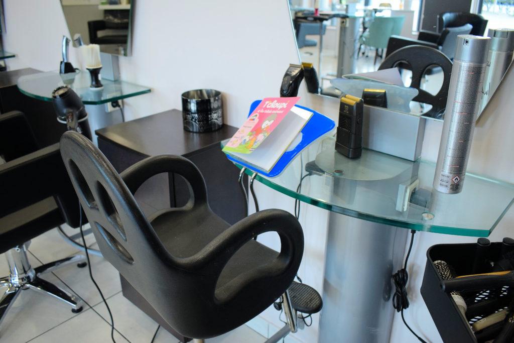 Intercoiff-salon-de-coiffure-Mitry-Mory-chaise-speciale-pour-lassise-des-enfants-durant-la-coupe-de-cheveux