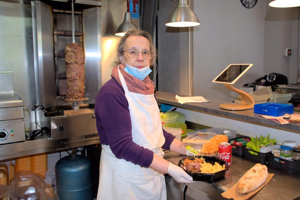 Maestro-pizza-restaurant-Mitry-Mory-Essaida-presente-son-assiette-crudites-et-viande-de-kebab