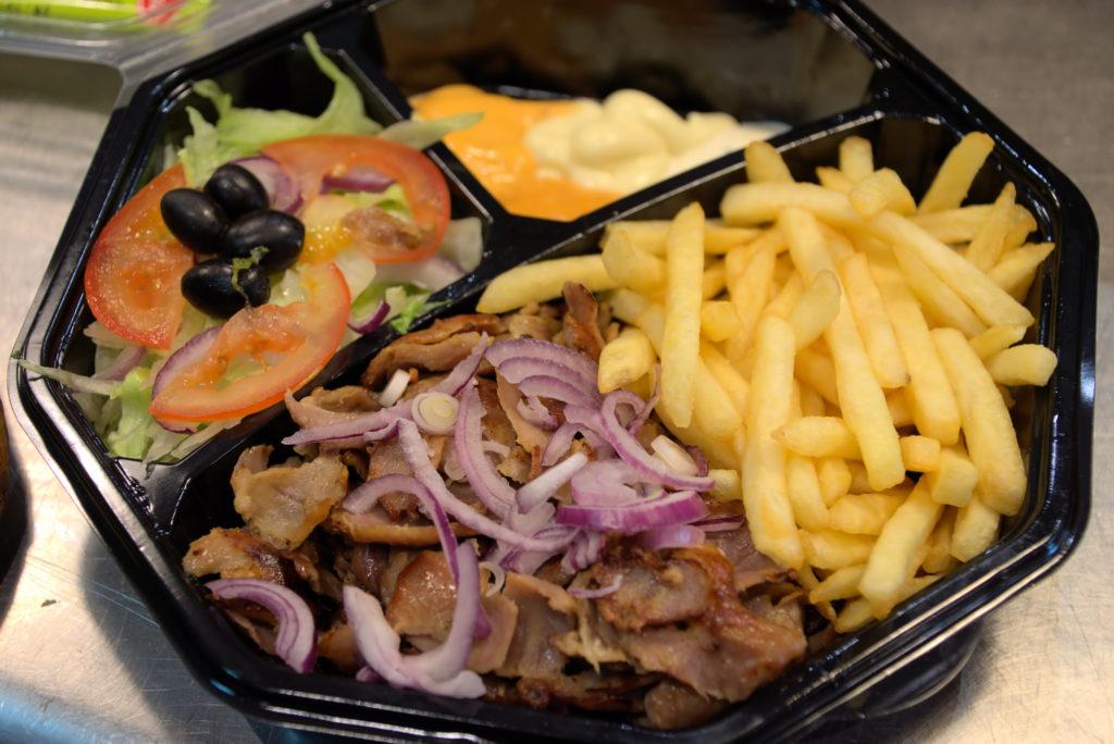 Maestro-pizza-restaurant-Mitry-Mory-lassiette-crudites-et-viande-de-kebab-en-detail
